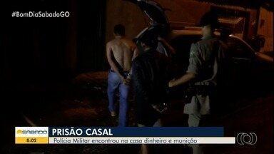 Casal é preso suspeito de tráfico e tenta subornar policiais, em Goiânia - Na casa dos suspeitos, foram encontrados calçados falsos e munições.