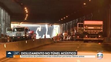 Funcionários da prefeitura trabalham para liberar pistas do Túnel Acústico - Parte da cobertura desabou e interditou as pista na tarde desta sexta-feira (17).