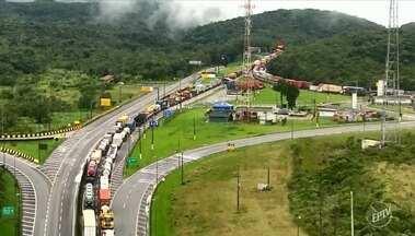 Após 17 horas de interdição, Rodovia Anchieta é liberada para motoristas - Na sexta-feira (17), um deslizamento da encosta causou bloqueio do trecho em Cubatão (SP).