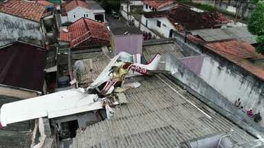 Piloto morre na queda de avião de pequeno porte em Belém - O monomotor decolou de um aeroclube e despencou três minutos depois, sobre uma vila. O piloto morreu na hora. Os outros três passageiros foram resgatados pelos bombeiros e levados para o hospital.