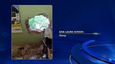 Criminosos invadem loja de piscina em Garça - Na madrugada desta segunda-feira (20), criminosos invadiram uma loja de piscina, no distrito Industrial de Garça. Eles fizeram um buraco na parede para entrar o estabelecimento.