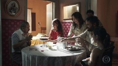 Maria da Paz serve o bolo para seus familiares - Ademir elogia o bolo da filha e Zenaide fica enciumada. Dulce pergunta se Ademir entregou a encomenda