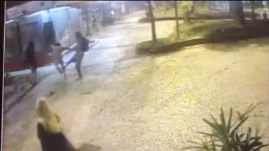 Câmera registra agressão ao músico Compadre Washington em São Paulo - Cantor está internado no Hospital das Clínicas, em São Paulo. Ele foi agredido durante um assalto depois da Virada Cultural.
