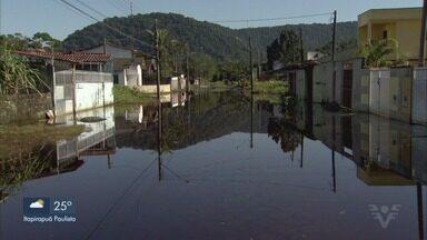 Ruas continuam alagadas mesmo sem chuva em Mongaguá - Moradores ainda sofrem com transtornos causados por chuva que atingiu a região no fim de semana.