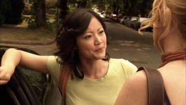 Perdendo o Controle - Um artista em ascensão em Nova York testa o compromisso de Bette, enquanto a namorada do doador de esperma começa a assediar Tina.