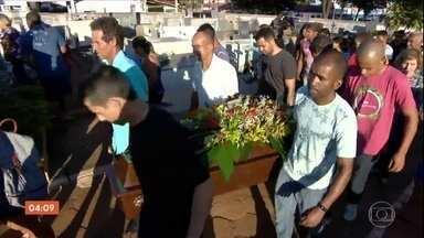 Corpos de três vítimas de ataque em igreja em Paracatu (MG) são enterrados - A quarta vítima, a ex-namorada do criminosos, será enterrada nesta quinta-feira (23), em Uberlândia. Moradores e a polícia tentam entender as motivações do crime.