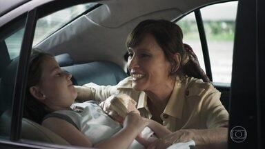 Otávio e Beatriz decidem voltar para São Paulo levando Virgínia - A menina sente falta da mãe. Miroel manda Vicente queimar os documentos de Zenaide