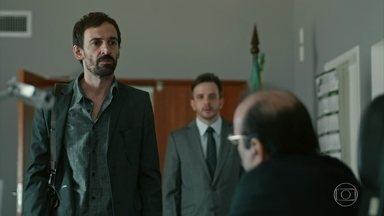 Evandro não consegue autorização para realizar o transplante de Erica - Ele invade a sala do secretário de saúde