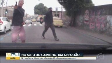 Câmera dentro de carro mostra motorista sendo assaltado no Méier - Crime aconteceu na rua Vinte e Quatro de Maio, onde os roubos são constantes e não têm hora para acontecer.