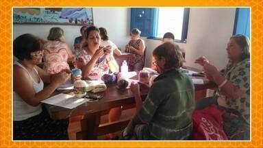 """Nós.Doc: mulheres crocheteiras são capacitadas para o empreendedorismo - As crocheteiras da Ilha de São Francisco do Sul, em Santa Catarina, fazem parte de um projeto criado pela professora Bruna Espijáque. Ela mandou para o """"Como Será?"""" um vídeo feito por ela mesma, mostrando o projeto Janaínas."""