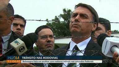 Presidente Jair Bolsonaro fala em acabar com radares móveis nas estradas federais - Ele gravou com a imprensa no aeroporto de Cascavel.