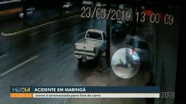 Jovem é arremessada para fora do veículo em acidente em Maringá - O acidente foi gravado por câmeras de segurança.