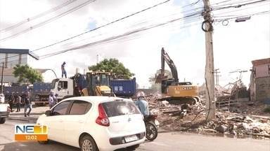 Máquinas trabalham para retirar entulho após desmoronamento no Recife - Imóvel caiu sobre ferro-velho em Afogados e parte que restou foi demolida pela prefeitura.