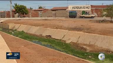 Buraco no canal do bairro Cacheado tem preocupado moradores - Parte da estrutura começou a desabar em dezembro de 2017.