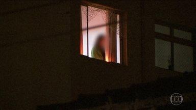 Mãe de menina que caiu de prédio em SP é presa por tentativa de homicídio - A mulher se jogou da janela e está internada em estado grave.
