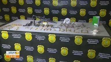 Dupla suspeita de atirar contra viatura da PM é morta durante troca de tiros com policiais - Fuzil 556, munições e outros materiais foram apreendidos no local onde os homens foram encontrados.