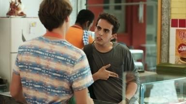 Marquinhos escuta quando Thiago diz que quer comprar uma arma - Ele se aproxima do filho de Carla com uma proposta