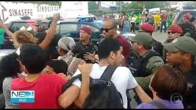 Empresário pede solução para problemas do Nordeste e manifestantes se envolvem em confusão - Ricardo Brennand pediu que presidente não se esqueça da região e PM teve que agir em protesto