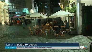 Sexta-feira de noite fria e movimentada em Curitiba - Largo da Ordem é ponto de encontro de Curitibanos e turistas.