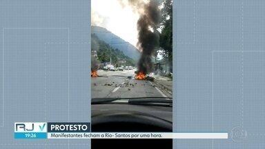 Protesto fecha Rio- Santos nos dois sentidos em Angra dos Reis - Manifestantes jogaram o corpo de uma vítima da violência na estrada. Além do corpo, a rodovia foi fechada com galhos e pneus. A BR 101 ficou cerca de uma hora fechada nos dois sentidos, mas já está liberada.