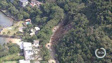 Tráfego continua fluindo por meia pista na Rio-Santos - Trabalho de limpeza após deslizamento continua no local.