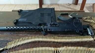 Três suspeitos de atacar caixas eletrônicos morrem em troca de tiros com a PM em Bauru - A polícia de Bauru ainda procura um homem que fugiu depois de um tiroteio na quinta-feira à noite. Três suspeitos morreram durante o confronto. Foram apreendidos com o grupo uma metralhadora 762, três pistolas, colete a prova de balas, munições e um carro com explosivos.