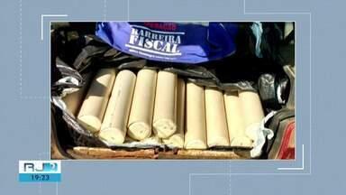 Carga de queijo transportada de forma irregular é apreendida em Campos, no RJ - Assista a seguir.