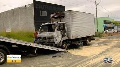 Caminhão pega fogo em Goiânia - Bombeiros apagaram as chamas e ninguém se machucou.