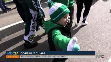 Torcedores capricham na roupa de frio para ir ao estádio - O Coritiba enfrentou o Cuiabá no Couto Pereira.