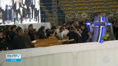 Corpo do cantor Gabriel Diniz é enterrado sob forte comoção em João Pessoa, na Paraíba - Artista foi vítima de um acidente aéreo no estado de Sergipe. Outros dois pilotos que estavam na aeronave também morreram.