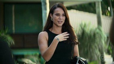 Virgínia decide usar amuleto que ganhou de Dulce em programa de TV - Beatriz não gosta muito da ideia