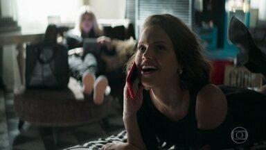 Régis convida Josiane para jantar - Rock procura a filha de Maria. Kim afirma que a jovem vai precisar de um estúdio para fazer suas fotos e critica o apartamento de Maria da Paz