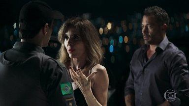 Polícia flagra Agno e Lyris se beijando no carro - Lyris arma plano para atrair Agno