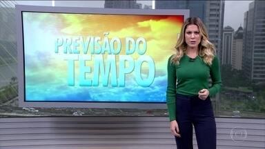 Frente fria traz chuva e faz a temperatura cair em parte do Sudeste - Em São Paulo a máxima vai acontecer de manhã e depois esfria mais, com risco de temporal. No Rio a chuva forte pode vir entre a tarde e a noite. Tem previsão de chuva forte no Paraná. O tempo fica firme em quase todo o Sul, Centro-Oeste e Nordeste.