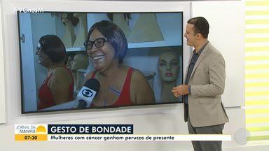 Grupo faz doação de perucas a portadoras de câncer em Feira de Santana - A iniciativa ajuda no resgate da autoestima das mulheres em tratamento contra a doença.