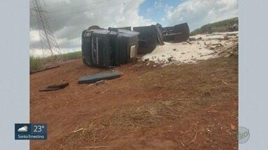 Caminhão com cana-de-açúcar tomba em cima de motociclista em São Joaquim da Barra, SP - O homem morreu na hora na estrada que liga a cidade a morro agudo, SP.