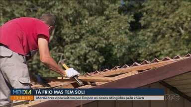 Moradores aproveitam o sol pra limpar as casas atingidas pelas chuvas - Tanto na RMC como em Curitiba a manhã desta terça-feira foi de limpeza