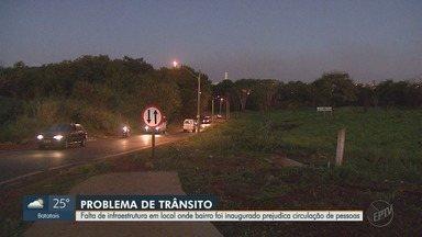Falta de infraestrutura no bairro Vida Nova prejudica circulação de pessoas em Ribeirão - Quem passa pela Avenida Estevão Nomelini tem dificuldades com o trânsito.