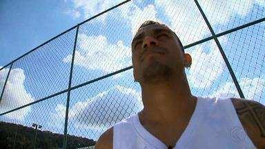 De férias, lateral Danilo fala sobre títulos no City, futuro e Seleção - Jogador do Manchester City passa férias em Bicas, cidade natal, e fala sobre planos