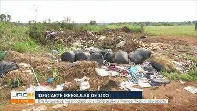 """Descarte irregular de lixo - Em Ariquemes, via principal da cidade acabou virando """"lixão a céu aberto""""."""