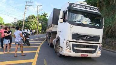 Moradores protestam contra mudança de trânsito em rodovia de Cariacica, ES - Manifestantes colocaram galhos de árvores e outros objetos para bloquear a passagem de veículos na Rodovia José Sette, em Itacibá, na manhã desta terça-feira (4).