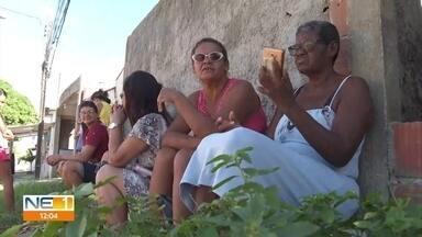 Pacientes dormem na fila para conseguir ficha em posto de saúde em Paulista - Unidade fica no Loteamento Conceição, em Pau Amarelo
