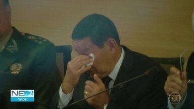 Vice-presidente Hamilton Mourão chora ao receber título de cidadão recifense - Cerimônia ocorreu na tarde desta quarta (5), na Câmara dos Vereadores do Recife.