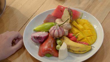 Atum com chutney de legumes e frutas
