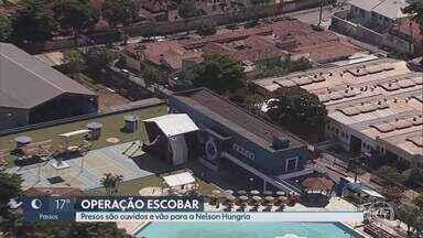 Presos por suspeita de vazar dados de investigações da PF são levados à sede da Justiça - Documentos de operação da Polícia Federal foram encontrados na casa de Andrea Neves, irmã do deputado federal Aécio Neves (PSDB).