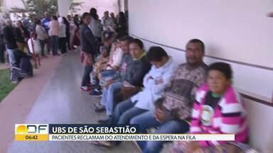 Pacientes fazem fila em São Sebastião - Eles dizem que precisam chegar de madrugada para conseguir senha para o atendimento na unidade básica de saúde. E apenas 11 são entregues por dia.