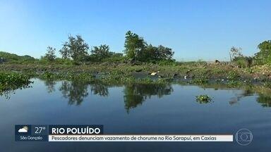 Pescadores denunciam vazamento de chorume no Rio Sarapuí, em Caxias - Rio Sarapuí desemboca na Baia de Guanabara e leva todo chorume não tratado. Peixes e caranguejos desapareceram. Muitos dos pescadores estão catando latinha para sobreviver.