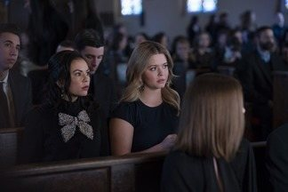 """Sexo, Mentiras e Álibis - Ava, Caitlin e Dylan buscam um álibi. A nova chefe da segurança da universidade desconfia do grupo """"perfeito"""" de Nolan. E Mona começa a cair em velhos hábitos."""