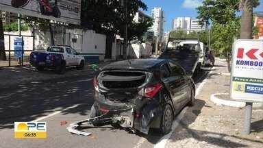 Motorista perde controle da direção, invade galeria e bate em outro veículo - Câmeras de segurança gravaram momento do acidente.