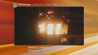 Incêndio em casa mobiliza Corpo de Bombeiros em Votorantim - Bombeiros levaram três horas para apagar o incêndio em uma casa, na noite de domingo 10), em Votorantim (SP).